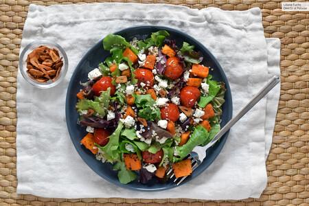 Ensalada templada de quinoa, boniato, queso feta y chips de ajo, receta vegetariana saludable de otoño
