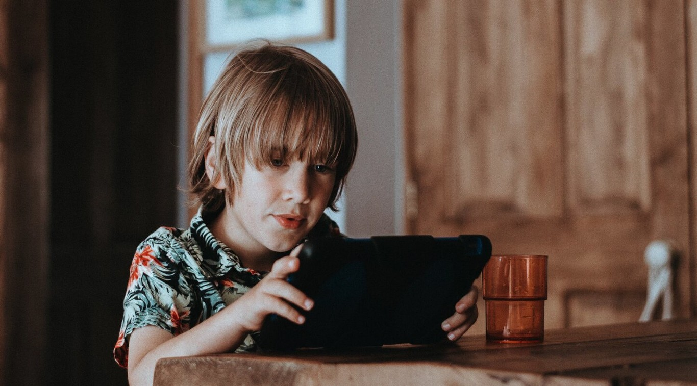 Por qué los expertos no se ponen de acuerdo sobre si los teléfonos móviles están afectando al desarrollo de los niños y jóvenes