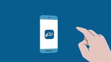 La DGT permite llevar el carnet y la documentación de la moto en el móvil pero no el distintivo ambiental y la ITV