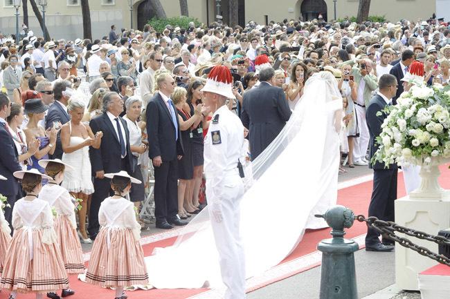 Foto de Todas las imágenes del vestido de novia de Charlene Wittstock en su boda con Alberto de Mónaco (19/19)