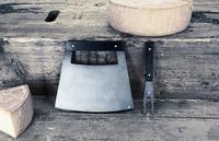 Un cuchillo para cortar queso con estilo