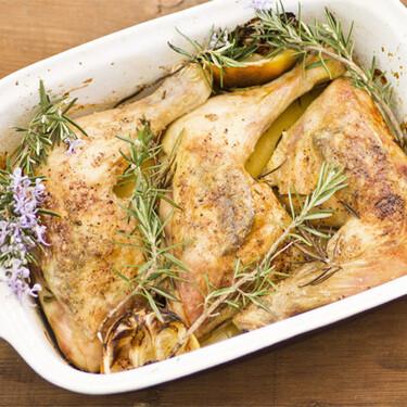 Receta de pollo asado al romero y limón, para comer bien sin complicarse la cabeza