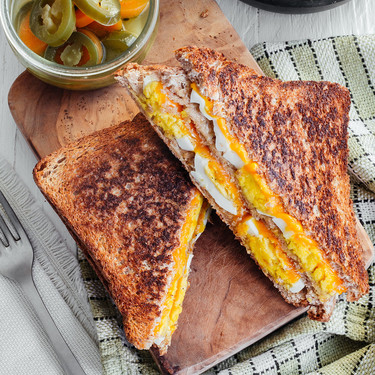 Sándwich de huevo y queso cheddar. Receta fácil y rápida