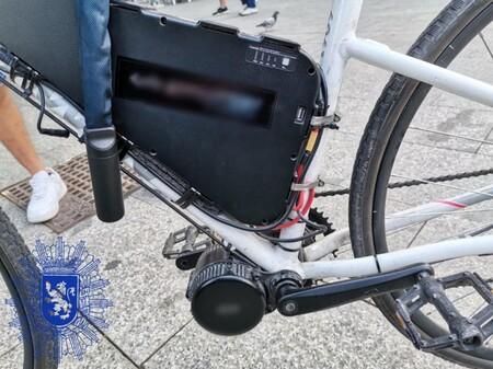 Bicicleta Con Un Motor Incorporado Al Pedalier Similar A Un Ciclomotor