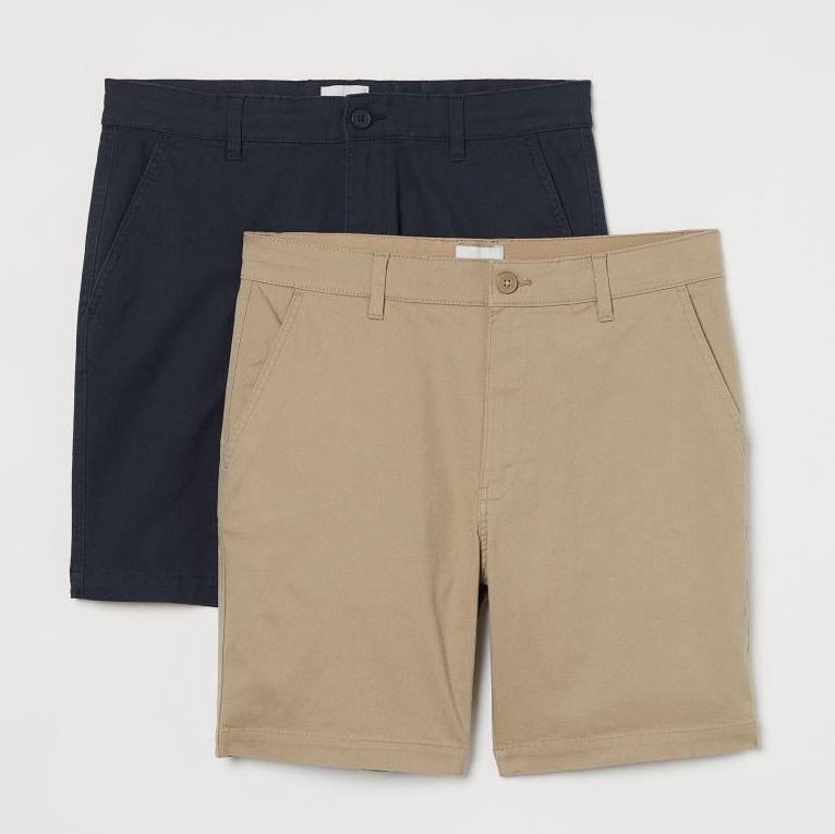 Pantalones cortos en sarga elástica de algodón. Modelo de cintura estándar con elástico revestido y cordón de ajuste oculto, cierre de cremallera con botón, bolsillos al bies y bolsillos insertados detrás.