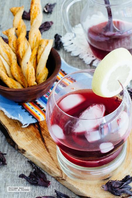 Coctel de mezcal y Jamaica. Receta de bebida mexicana