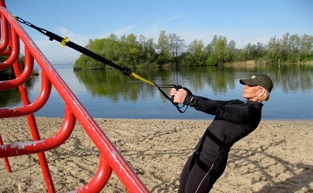 Un circuito de entrenamiento con TRX para trabajar todo tu cuerpo en cualquier sitio