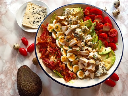 Receta de ensalada Cobb, la completa ensalada con aguacate, pollo, huevo y bacon que alimentó al Hollywood clásico