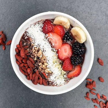 Bowl de avena, frutos rojos y semillas de chía. Receta saludable