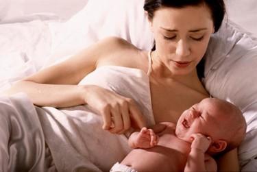 Para calmar al bebé, mejor cantarle que hablarle