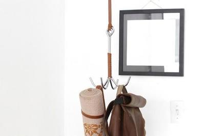 Ni colgador de pared, ni perchero de pie, lo último para tu ropa es un gancho desde el techo