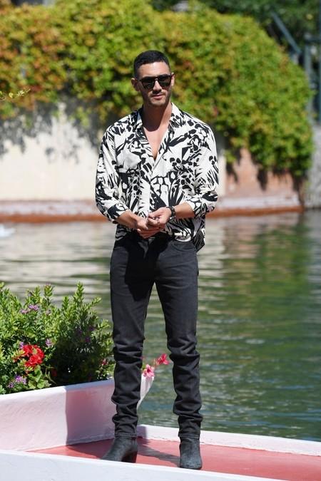 Alejandro Speitzer Adopta El Look Hawaiano A Blanco Y Negro A Su Llegada Al Festival De Cine De Venecia 3