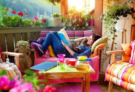 Inspiración de primavera: 13 terrazas decoradas en colores vivos