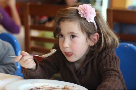 comiendo-tarta-cocolate-tulipan