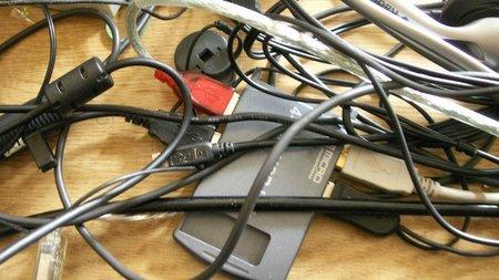 ¿Por qué se desordenan siempre los cables de los ordenadores?