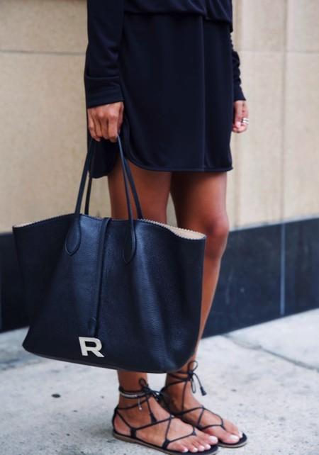 El día a día viene de la mano de un shopping bag (en negro)