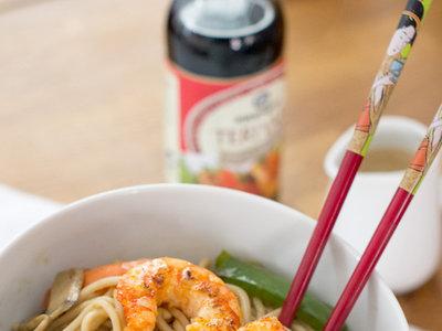 Wok de tallarines, gambas y verduras con salsa teriyaki. Receta