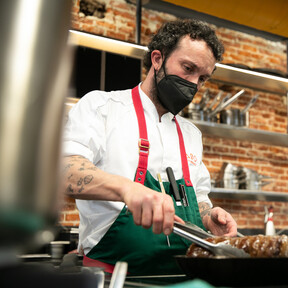 De cocinar en un buque de la Armada a abrir el restaurante gallego en boca de todos: un paseo por la cocina de Iván Domínguez