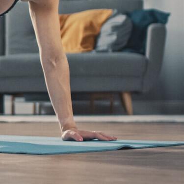 Cardio en casa sin material: una rutina de 30 minutos para ponerte en forma en tu salón