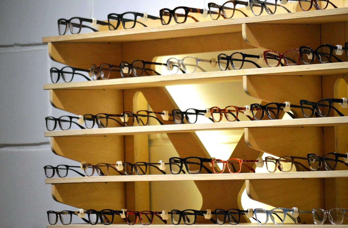 ac07514ee4 El emporio francoitaliano que hace que tus gafas cuesten 300 euros en lugar  de 80