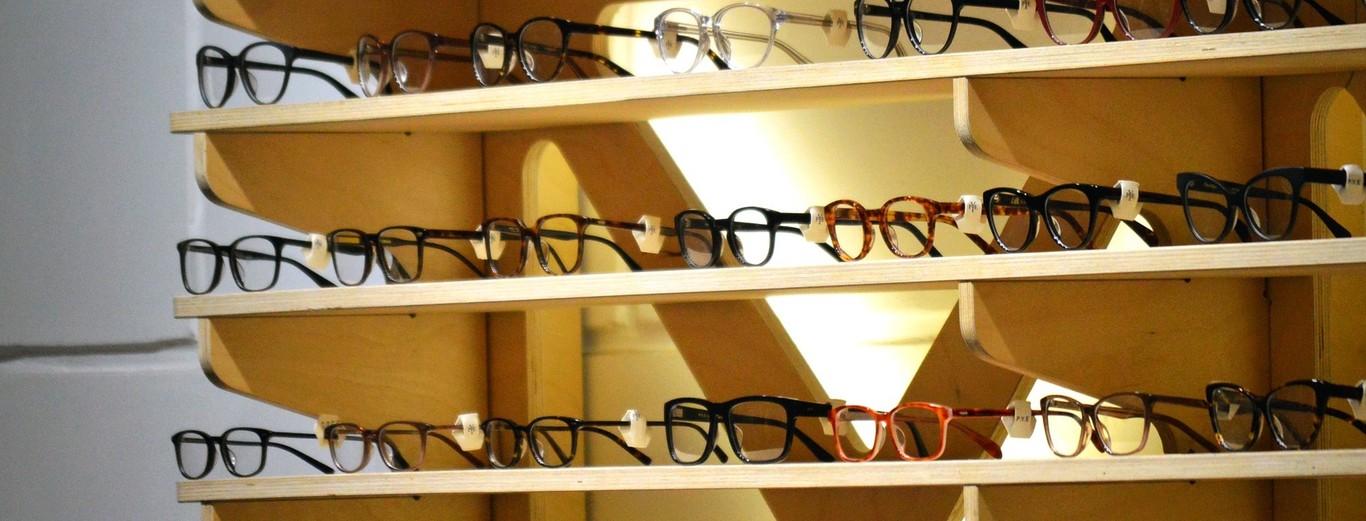 dda55b26f6 El emporio francoitaliano que hace que tus gafas cuesten 300 euros en lugar  de 80