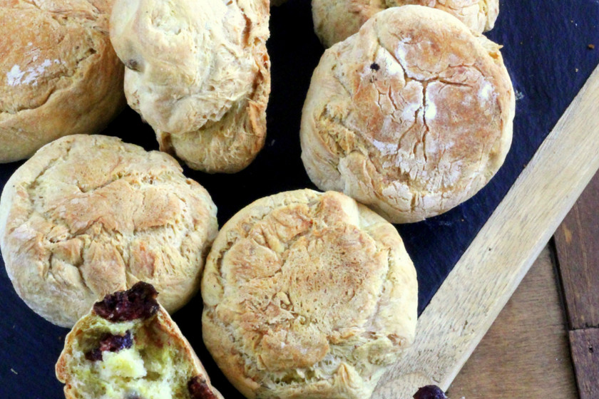 Panecillos de trigo y pasas al curry: receta diferente de pan
