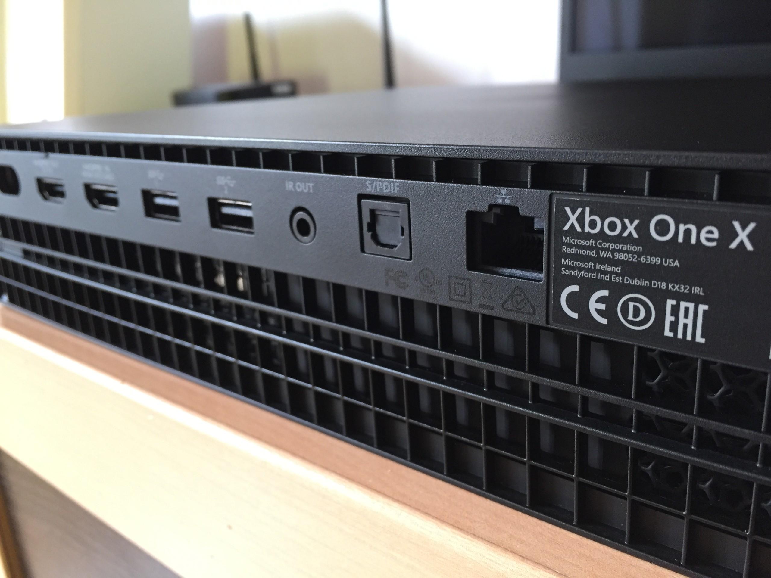 Foto de Xbox One X Puertos y conectores (1/4)