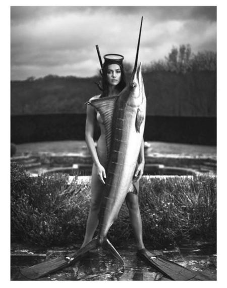 Y más posados: Irina Shayk y el pez que lo tapa todo