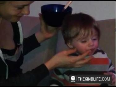 Dar de comer al bebé boca a boca (vídeo)