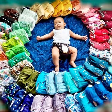 Una madre comparte la foto de su bebé rodeado de los pañales de tela que utiliza para concienciar sobre el ahorro que supone su uso