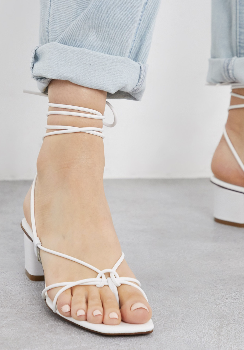 Sandalias de cuero blanco con tiras y puntera cuadrada de Depp