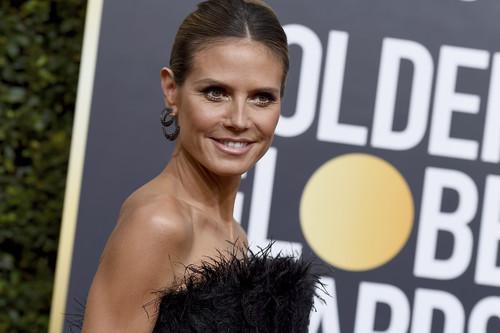 Heidi Klum se convierte en el plumero de la Bella y la Bestia para los Globos de Oro 2018