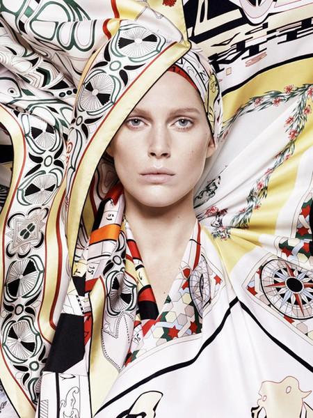 Iselin Steiro presenta los nuevos foulards de Hermès para esta primavera