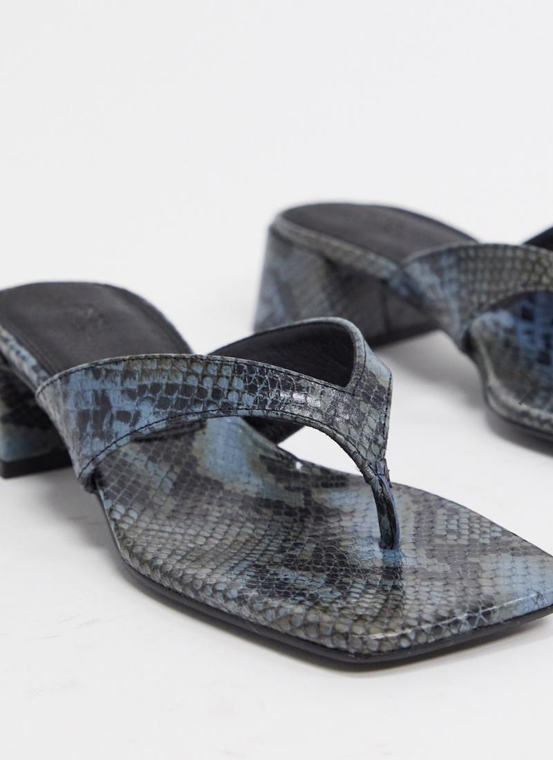 Chanclas de tacón medio en cuero premium con diseño de serpiente azul Humid de ASOS DESIGN