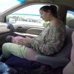 Da a luz a un bebé de cuatro kilos y medio en un coche en marcha mientras su pareja lo graba