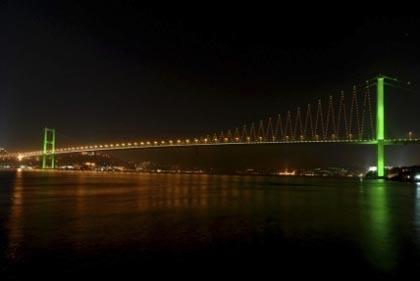 El puente del Bósforo con iluminación LED