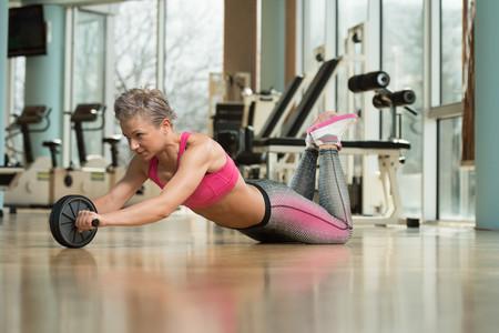 Trece ejercicios abdominales, con y sin accesorios, para trabajar tu zona media