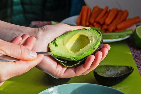 Siete recetas ligeras con aguacate para un picoteo del finde sencillo y saludable (bajo en carbohidratos)