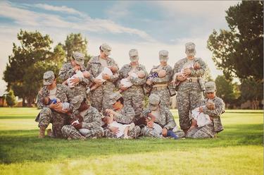 Mujeres soldado posan amamantando a sus bebés para normalizar la lactancia materna en el ejército