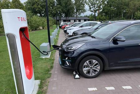 Tesla baraja abrir sus Supercargadores a coches eléctricos de otras marcas... al menos en China
