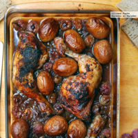 Pollo asado al vino tinto con cebolla caramelizada y uvas. Receta
