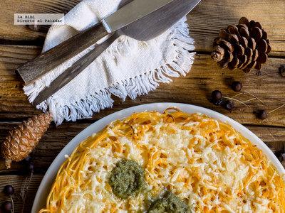 Pastel de espaguetis gratinados con crema de pimiento. Receta de Navidad