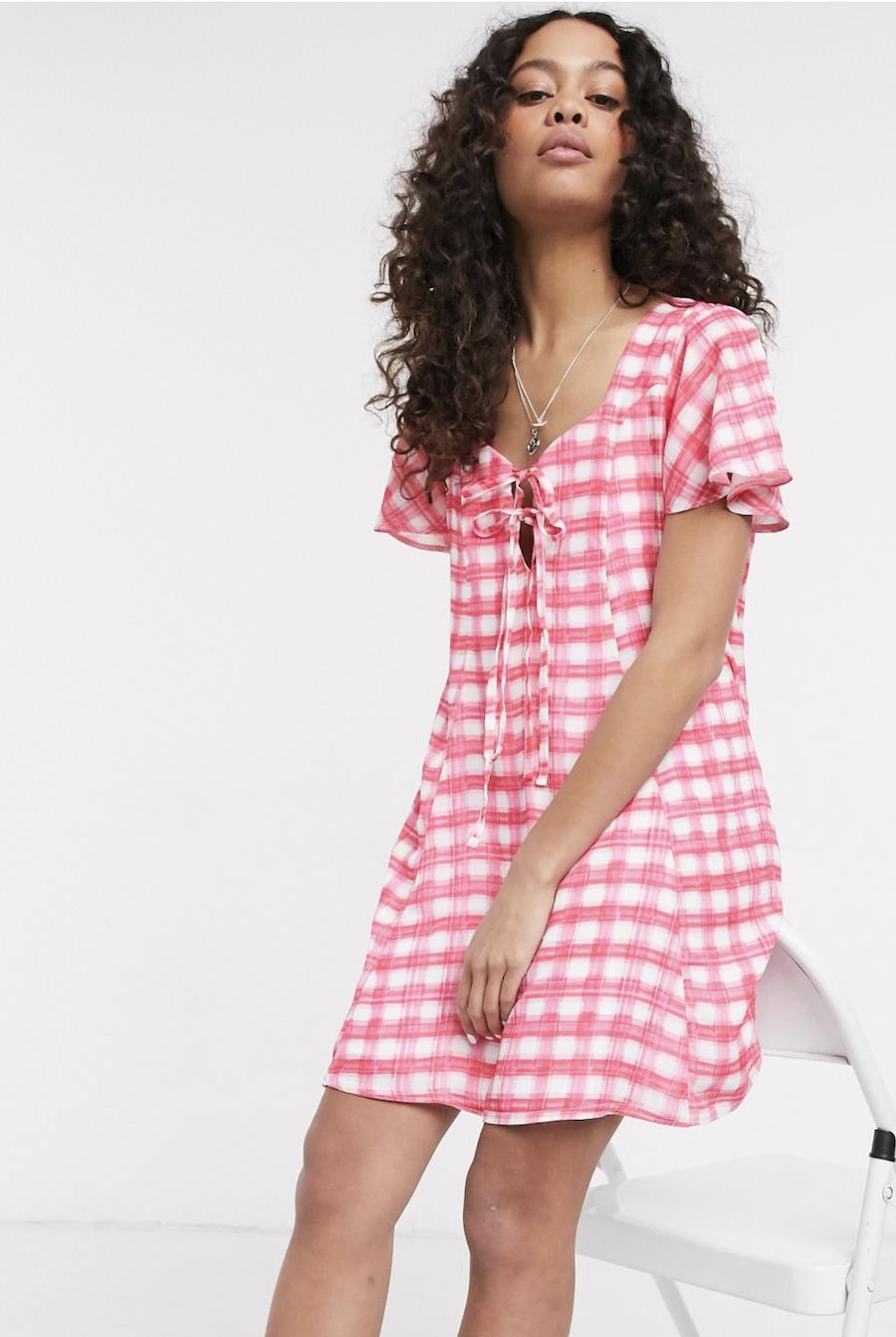 Vestido amplio con lazada en la parte delantera y diseño a cuadros rosas de Another Reason