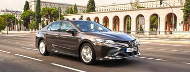 Primer contacto con el Toyota Camry 2020: una nueva berlina amplia y económica pensada para Uber y Cabify