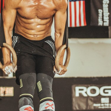 Cinco ejercicios desafiantes en anillas para fortalecer tus brazos y hombros