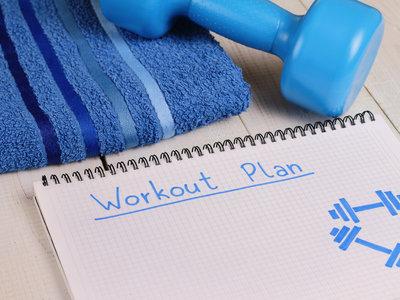 Empezando en el gimnasio: aprende a elegir la rutina que más te conviene en función de tu nivel y tus objetivos