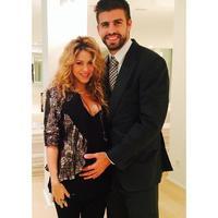 Pero cómo presumen de barriguita Shakira y Piqué