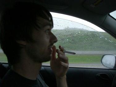 Encuesta: ¿Crees que debería prohibirse fumar dentro del coche si hay niños?