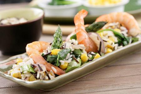 Receta de salteado de arroz salvaje con espárragos verdes, maíz y langostinos