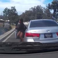 Y ahora, el vídeo de una muchacha que se tira del coche en marcha y la lía de mala manera